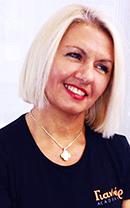 Η Ντίνα Φεσλιόγλου είναι μια πολύ έμπειρη εκπαιδεύτρια της σχολής κομμωτικής Gianneri Academy στην Θεσσαλονίκη.